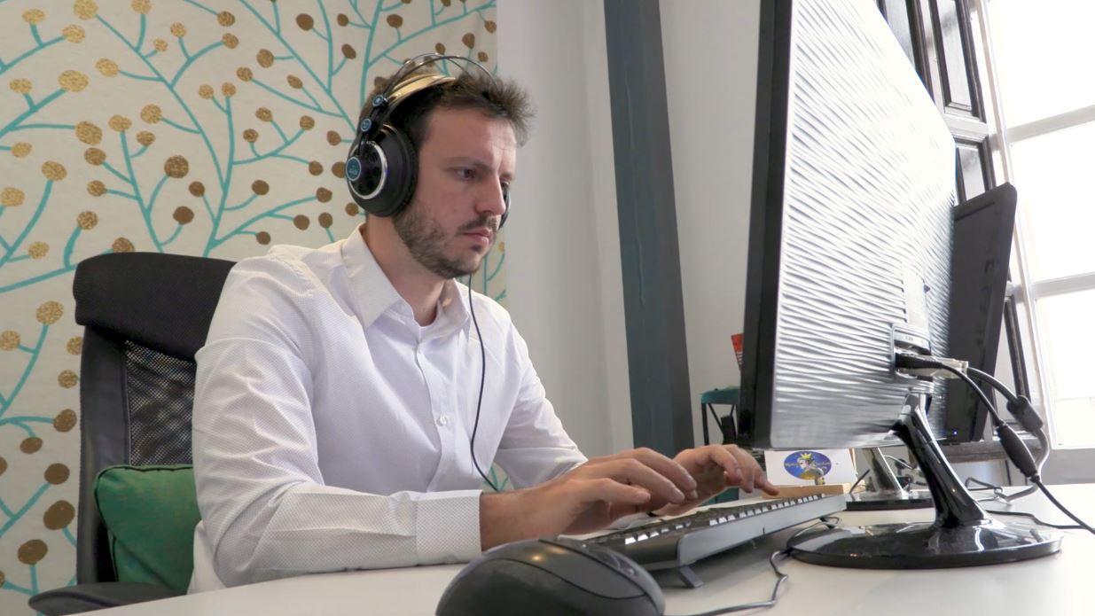 Juan Yborra subtitulando