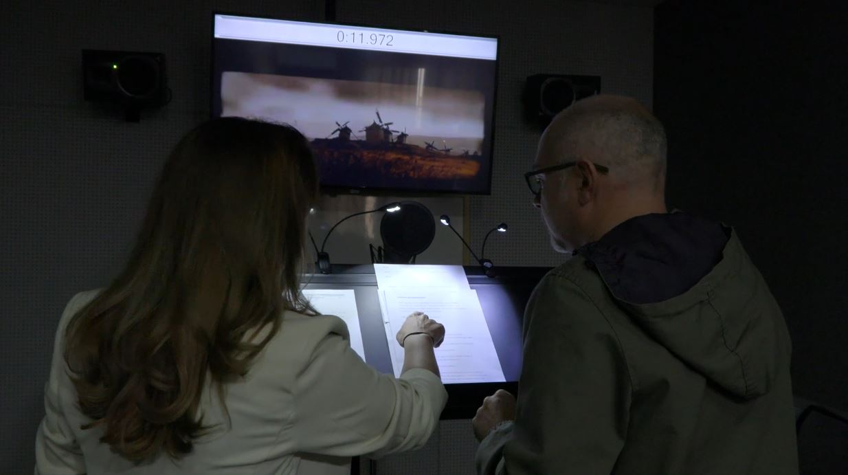 Eugenia Arrés y Meca en el estudio de doblaje