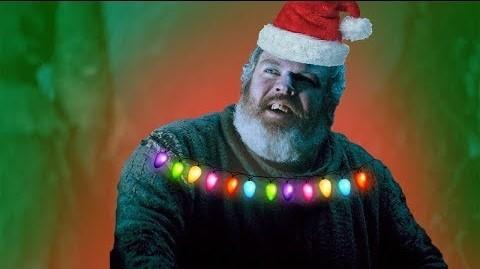 Hodor, de Juego de tronos, con un gorro de Papá Noel y luces de Navidad alrededor de los hombros