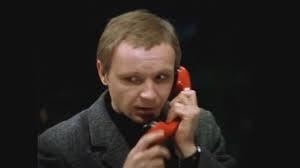 Un señor soviético con un teléfono rojo